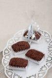 在木厨房板的三Chockolate果仁巧克力。 免版税图库摄影