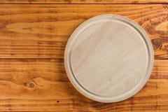 在木厨房用桌上的圆的厨房切板 库存图片