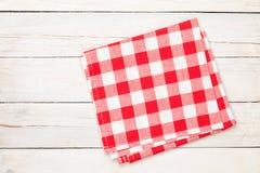 在木厨房用桌的红色毛巾 库存图片