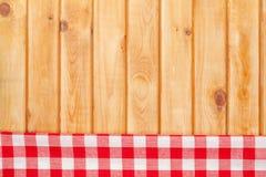 在木厨房用桌的红色毛巾 免版税图库摄影