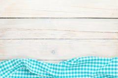 在木厨房用桌的蓝色毛巾 库存图片