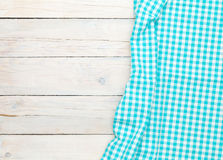在木厨房用桌的蓝色毛巾 免版税库存图片