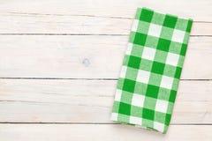 在木厨房用桌的绿色毛巾 免版税库存照片