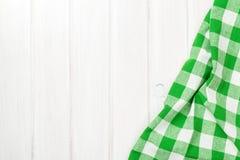 在木厨房用桌的绿色毛巾 库存图片