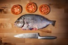 在木厨房的可口新鲜的海鲷鱼上 免版税图库摄影