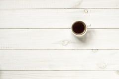 在木台式视图的咖啡杯 免版税库存图片
