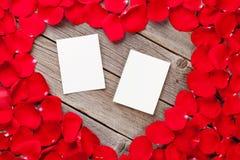 在木和红色玫瑰花瓣的照片框架 免版税库存照片