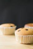 在木和黑背景,选择聚焦的杯形蛋糕 免版税库存照片