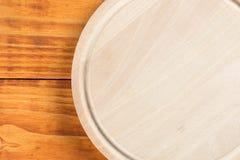 在木圆的厨房切板上的平的位置 库存照片