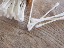 在木圆筒的白色棉花芽在与healthss的概念的桌上 库存图片