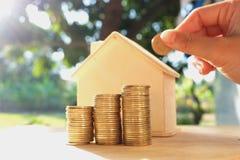 在木地板、企业财务和金钱概念安置的硬币,存金钱为在将来准备 库存照片