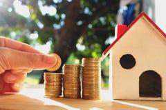 在木地板、企业财务和金钱概念安置的硬币,存金钱为在将来准备 免版税库存照片