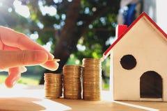 在木地板、企业财务和金钱概念安置的硬币,存金钱为在将来准备 免版税库存图片