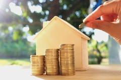 在木地板、企业财务和金钱概念安置的硬币,存金钱为在将来准备 免版税图库摄影