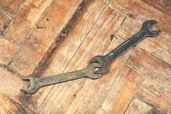 在木地板上的两把开口扳手 免版税库存图片
