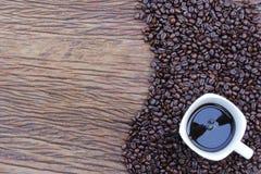 在木地板上的咖啡豆 图库摄影
