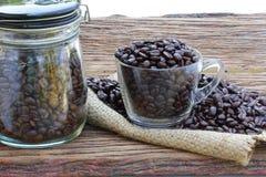 在木地板上的咖啡豆 免版税库存图片