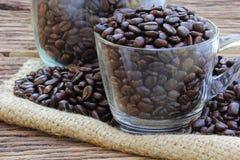 在木地板上的咖啡豆 免版税图库摄影