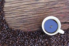 在木地板上的咖啡豆 库存照片
