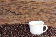 在木地板上的咖啡豆 免版税库存照片