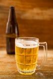 在木地板上的啤酒 免版税库存图片