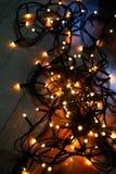在木地板上的圣诞灯 库存图片