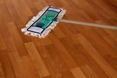 在木地板上的拖把 免版税库存照片
