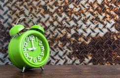 在木地板上的时钟与钢制地图难看的东西背景 图库摄影