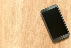 在木地板上的智能手机 库存照片