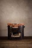 在木地板上的木炭火炉 免版税库存照片