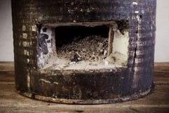在木地板上的木炭火炉 免版税图库摄影