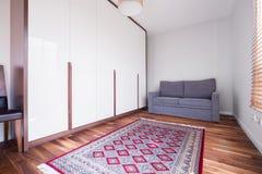 在木地板上的样式地毯 免版税库存图片