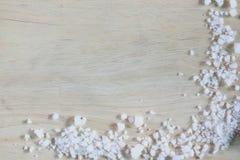 在木地板上的海盐 免版税库存图片
