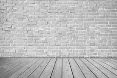 在木地板上的灰色砖墙 库存图片