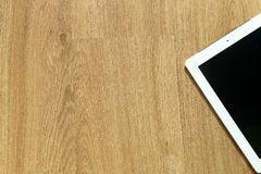 在木地板上的片剂 库存照片