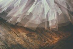 在木地板上的白色芭蕾芭蕾舞短裙 被过滤的减速火箭 免版税库存图片