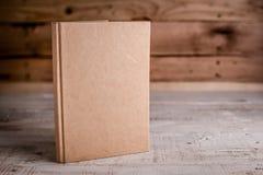 在木地板上的空白的写生簿 免版税库存图片