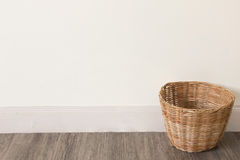 在木地板上的空的篮子 免版税库存照片