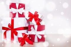 在木地板上的红色和白色当前箱子与拷贝空间 免版税库存照片