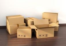 在木地板上的纸板箱 免版税库存照片