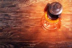 在木地板上的老生锈的煤油提灯 免版税库存图片