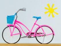 在木地板上的自行车玩具 库存图片