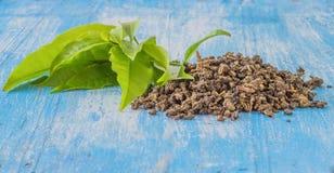 在木地板上的茶叶 免版税库存图片