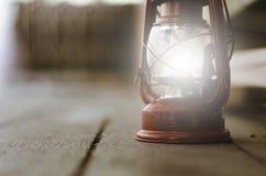 在木地板上的葡萄酒灯笼, 库存照片