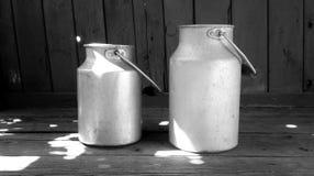 在木地板上的葡萄酒铝牛奶罐头 免版税图库摄影