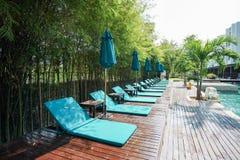 在木地板上的蓝色水池椅子在豪华旅馆里 图库摄影