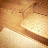 在木地板上的藤条椅子 免版税库存照片