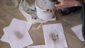 在木地板上的画家跑枪的一个小瓶 影视素材