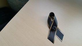 在木地板上的黑弓 库存照片