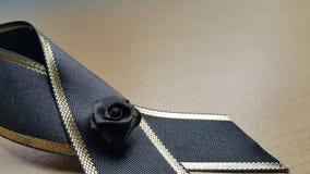 在木地板上的黑弓 免版税图库摄影